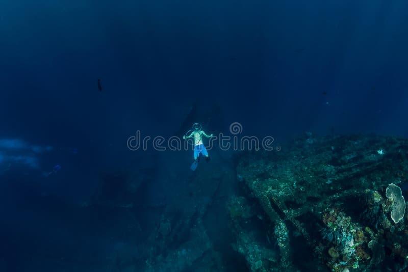 L'operatore subacqueo libero nella profondità fa l'anello della bolla vicino ad USS Liberty Wreck fotografia stock