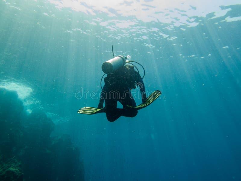 L'operatore subacqueo sta tuffandosi il mare, le Filippine immagini stock libere da diritti