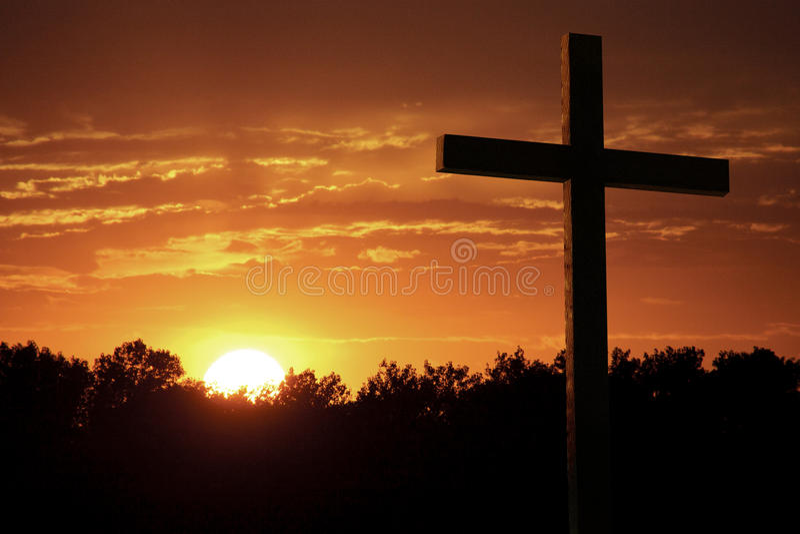 L'orange dramatique de ciel opacifie Yelllow lumineux Sun grand Christian Cross photos libres de droits