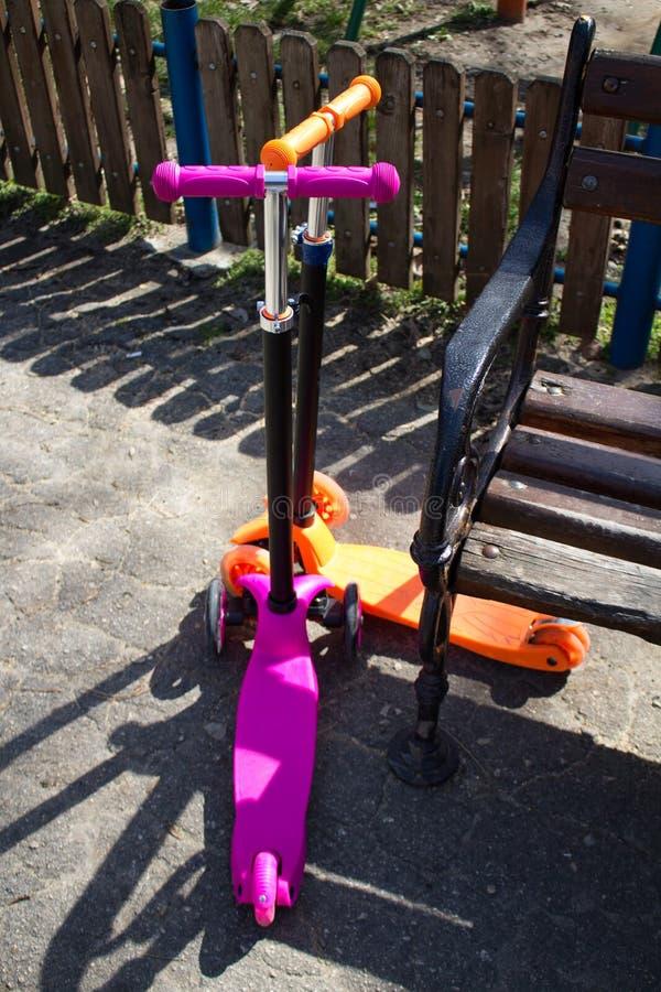 l'orange et le rose trotte attendent quelqu'un pour le sécher autour du parc appréciant le beau temps photo stock