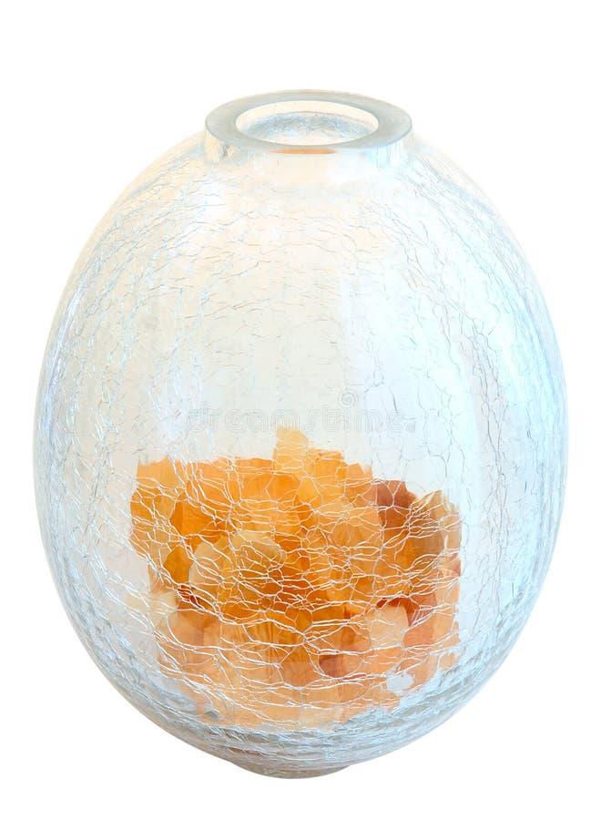L'orange fleurit des pétales sur le vase en verre criqué. photographie stock libre de droits
