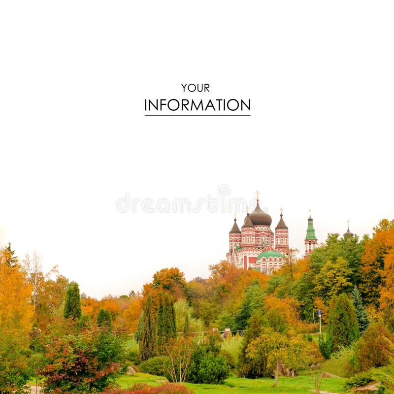 L'orange rouge de jaune de vue de paysage d'église d'arbres d'automne part photo stock