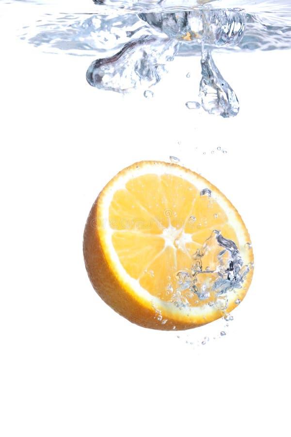 L'orange tombe dans l'eau photos libres de droits