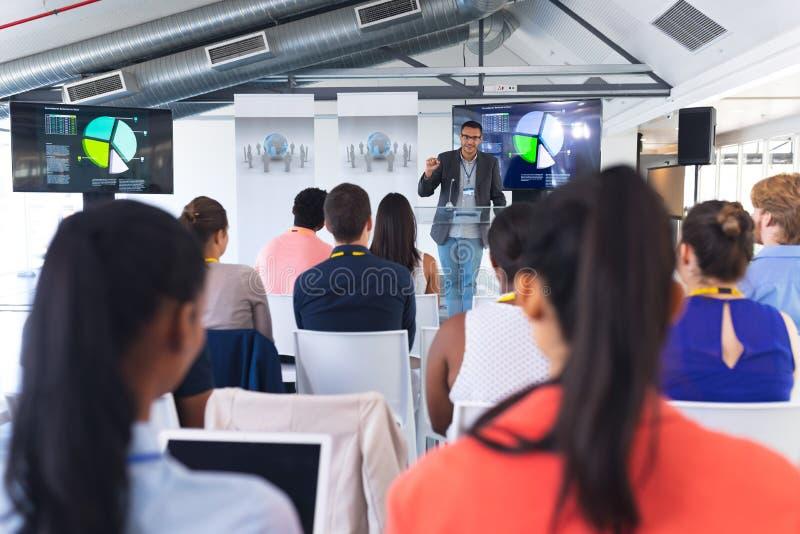 L'orateur masculin parle pendant le séminaire d'affaires lors de la réunion de conférence images libres de droits