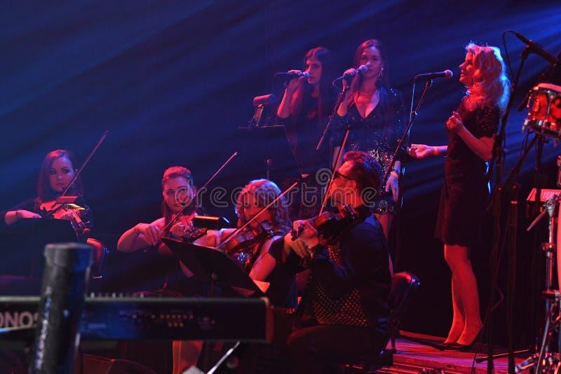 L'orchestre de place rouge exécute sur l'étape pendant le cinquantième concert d'anniversaire d'année de Viktor Drobysh chez Barc photographie stock