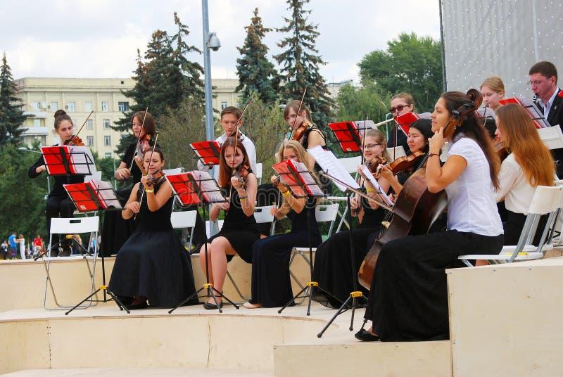L'orchestre joue en parc de Gorki à Moscou image stock
