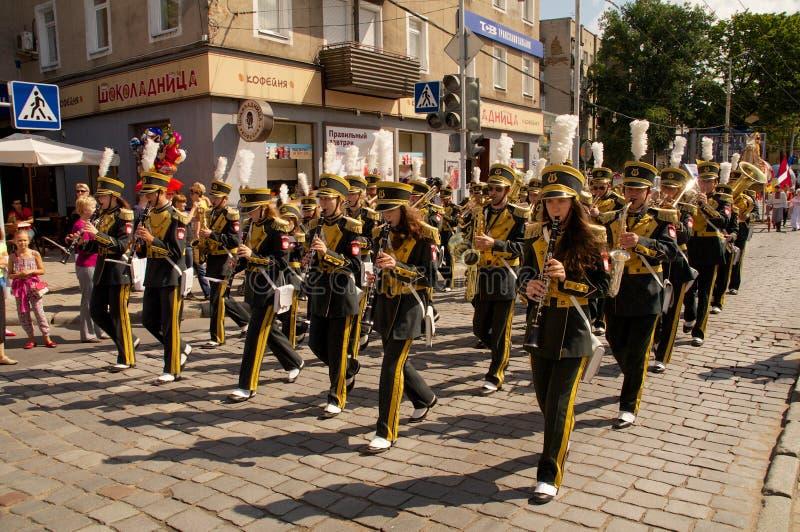 L'orchestre a marché sur la rue photo libre de droits