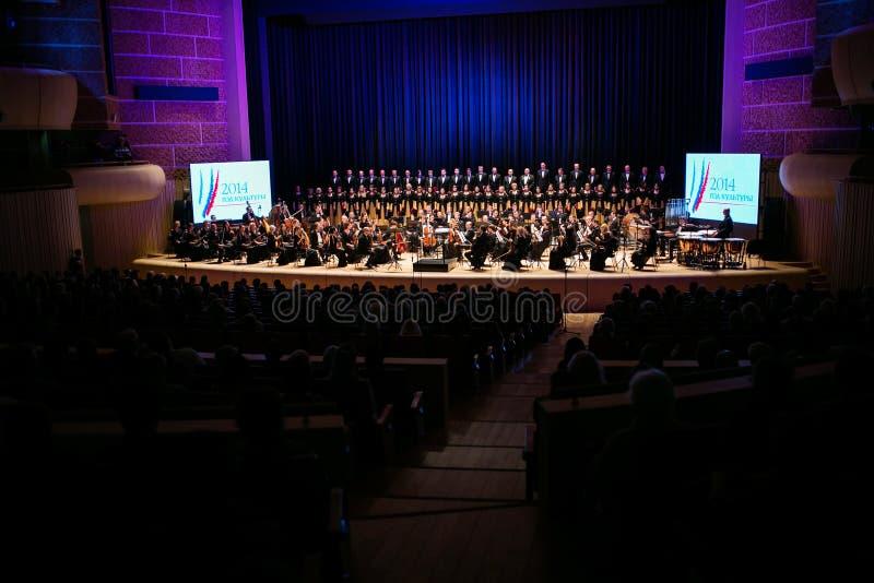 L'orchestre symphonique et le choeur effectuent les travaux classiques images stock
