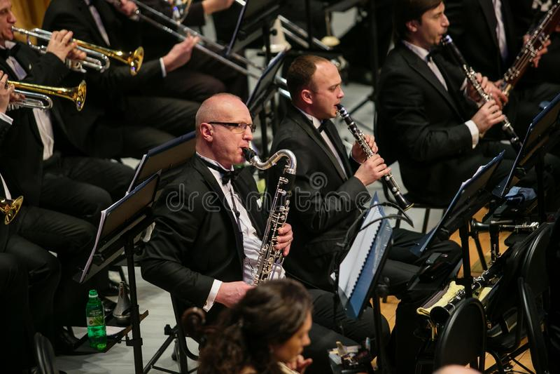 L'orchestre symphonique et le choeur effectuent les travaux classiques photos libres de droits