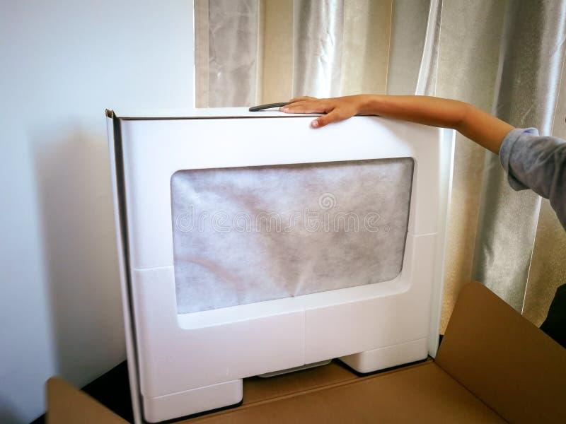 L'ordinateur a acheté Ã¥online est enveloppé toujours dans une boîte sur un bureau photos libres de droits