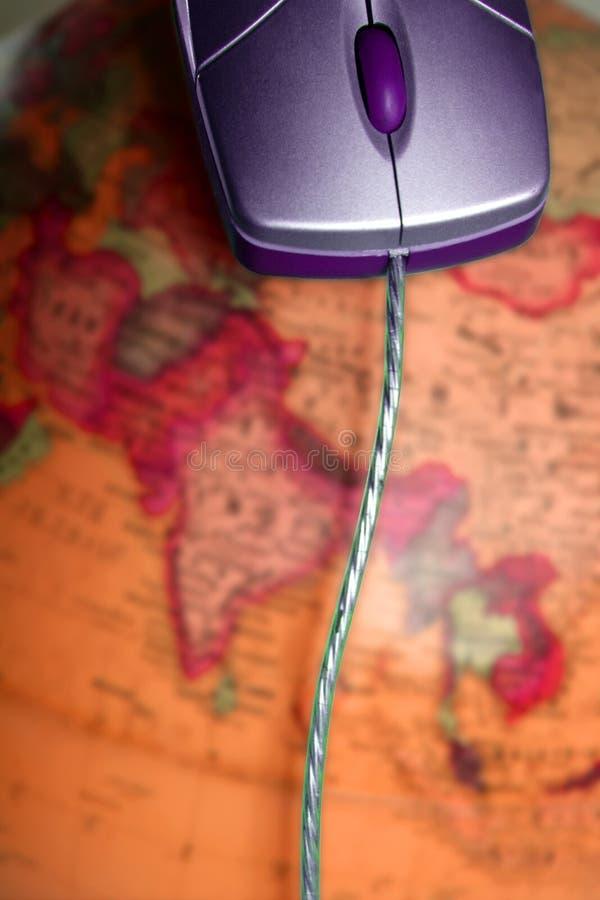 L'ordinateur a câblé la souris au-dessus de la terre globale du monde images stock