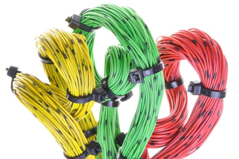 Câbles colorés tordus d'ordinateur avec des serres-câble photos stock