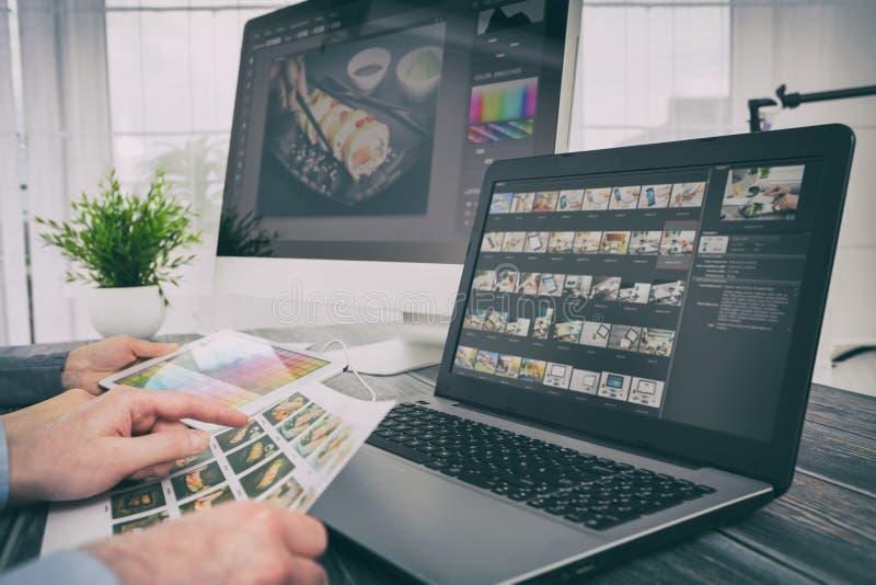 L'ordinateur de photographes avec la photo éditent des programmes images libres de droits