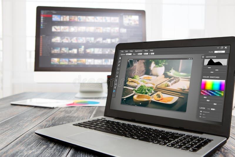 L'ordinateur de photographes avec la photo éditent des programmes image libre de droits