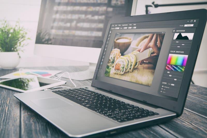 L'ordinateur de photographes avec la photo éditent des programmes images stock