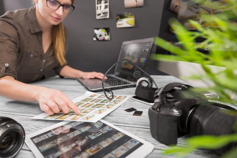 L'ordinateur de photographes avec la photo éditent des programmes photographie stock