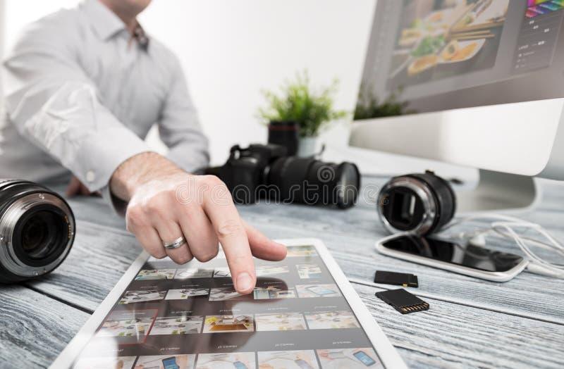 L'ordinateur de photographes avec la photo éditent des programmes photo stock