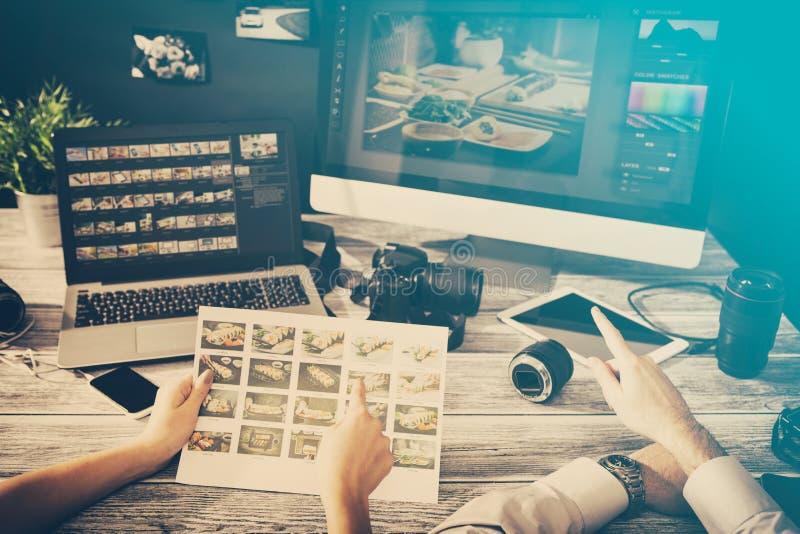 L'ordinateur de photographes avec la photo éditent des programmes photos stock