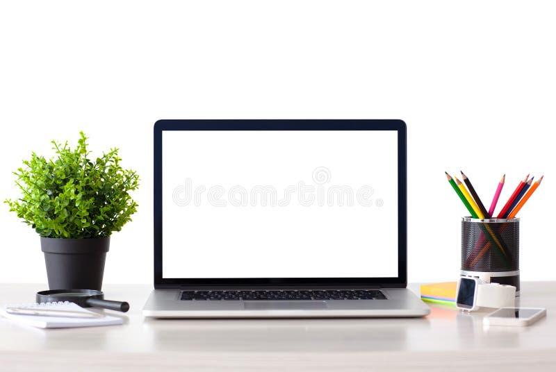 L'ordinateur portable avec l'écran d'isolement se tient sur la table photo stock