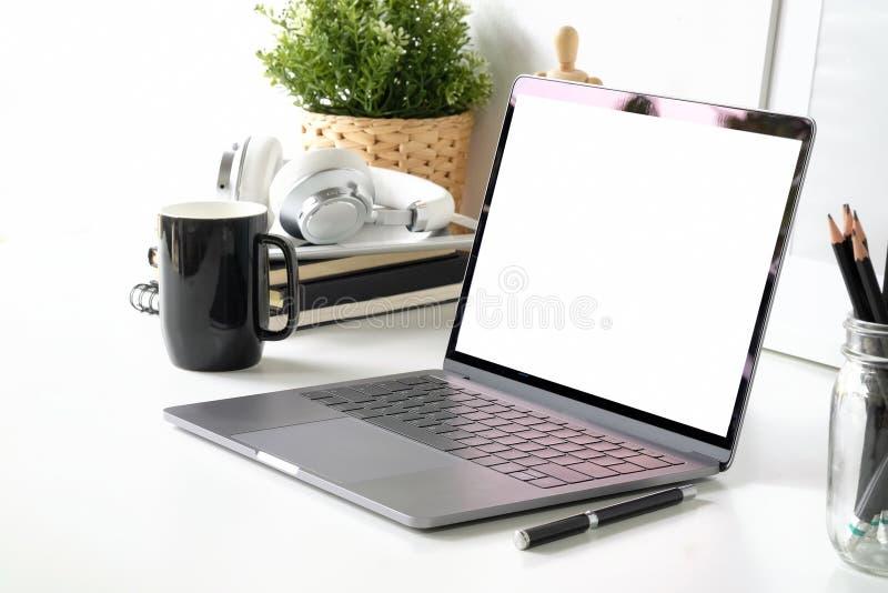 L'ordinateur portable et les tasses le meilleur ordinateur portable de condition est la meilleure machine photo stock
