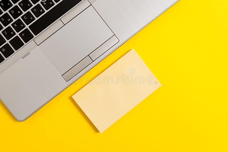 L'ordinateur portable ouvert argent? ? la mode mince de vue de partie a ajust? le fond color? par bloc-notes collant ?cole de si? photo stock