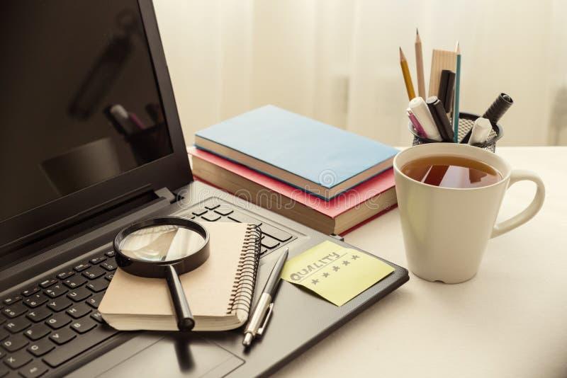 L'ordinateur portable sur le bureau de travail, au clavier sont autocollant collé avec la qualité de mot Bureau blanc de fond, lo photo libre de droits