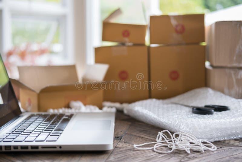 l'ordinateur sur le lieu de travail de démarrent, petit entrepreneur, freelan photos libres de droits