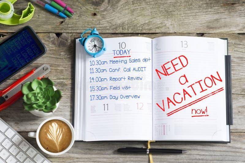 """L'ordre du jour de l'employé ou de l'homme d'affaires surchargé avec le message """"need un  de now†de vacances photo stock"""