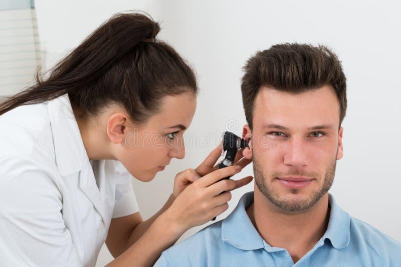 Download L'orecchio Dell'uomo D'esame Di Medico Fotografia Stock - Immagine di amichevole, orecchio: 55350168