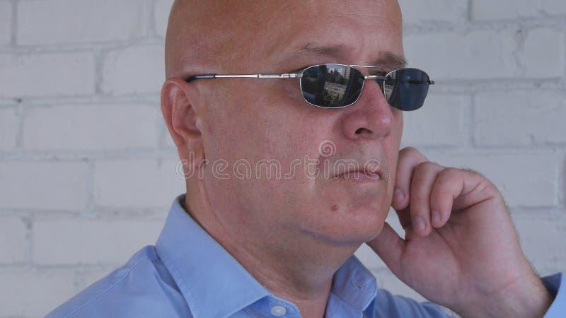 L'orecchio di Image Using Discreet della guardia del corpo telefona per la comunicazione fotografie stock libere da diritti