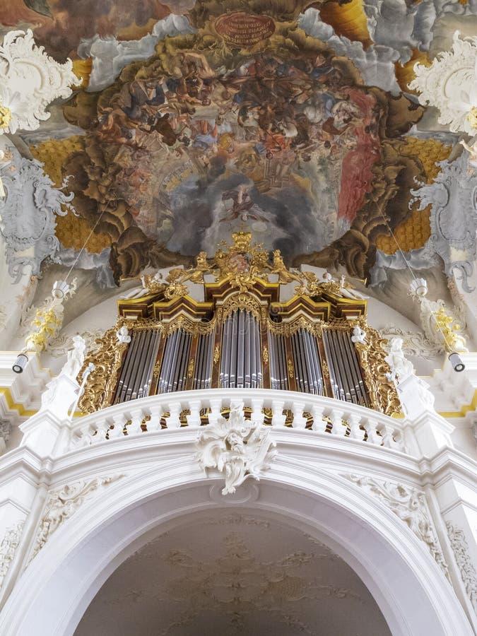 L'organe et la partie du fresque de plafond de l'église baroque particulièrement belle de St Paulinus dans le Trier - photo libre de droits