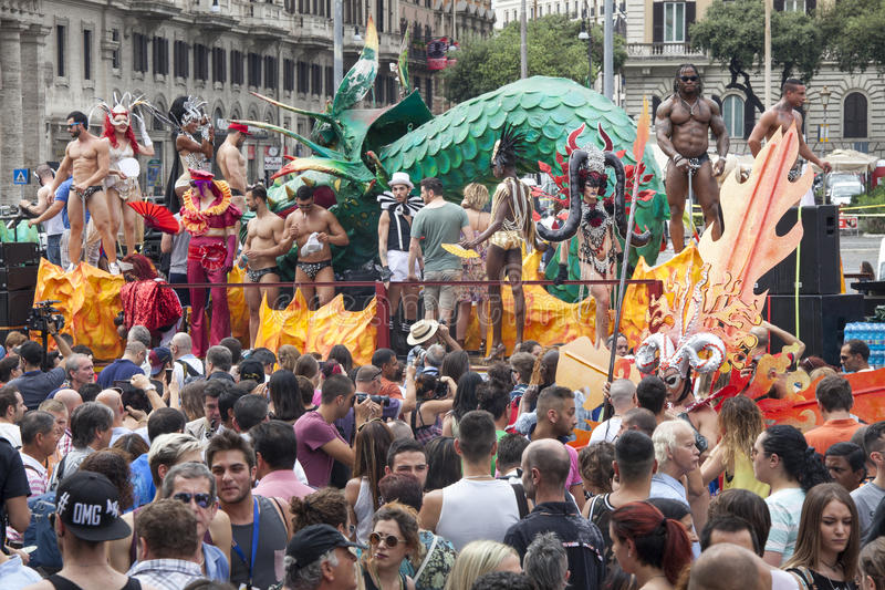 Download L'orgoglio Di Roma 2015 - Gay Pride Italy - Folle Dei Partecipanti E Parata Galleggia Immagine Editoriale - Immagine di storico, scelta: 55359385