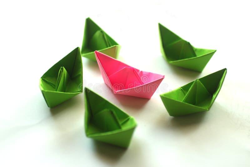 L'origami de Calorful empaquette des bateaux photo stock