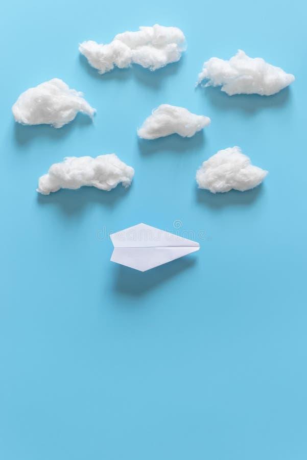 L'origami de papier surface parmi les nuages blancs sur le fond bleu Copiez l'espace pour le texte images stock