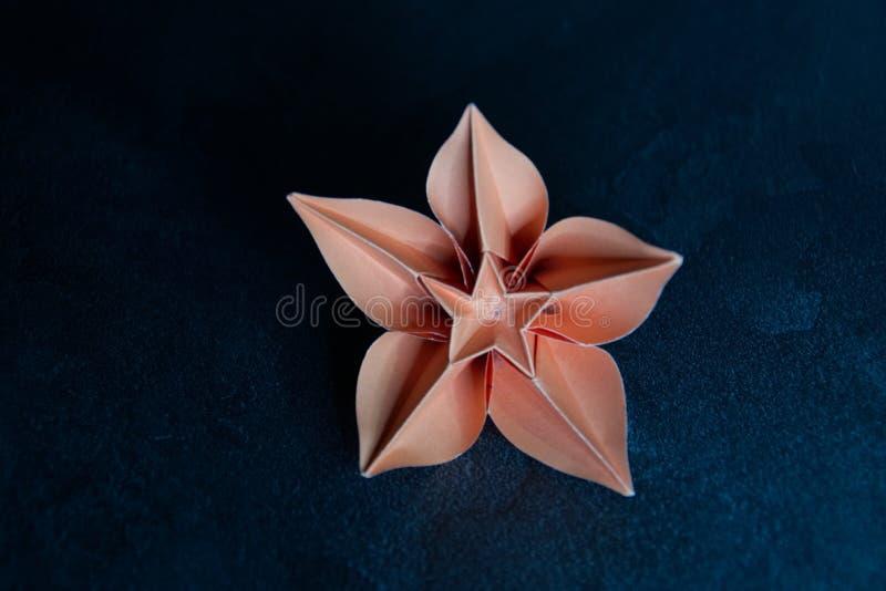 L'origami fleurit la fleur - art de papier sur le fond texturis? photos stock
