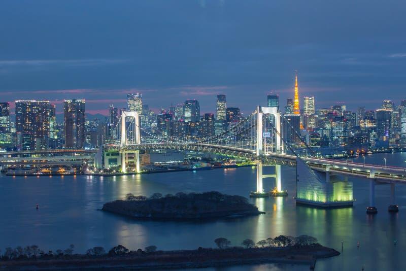 L'orizzonte del Giappone con il ponte dell'arcobaleno e Tokyo si elevano, Odaiba, Giappone immagini stock