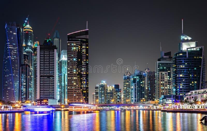 L'orizzonte del porticciolo del Dubai alla notte ha riflesso in acqua immagine stock libera da diritti
