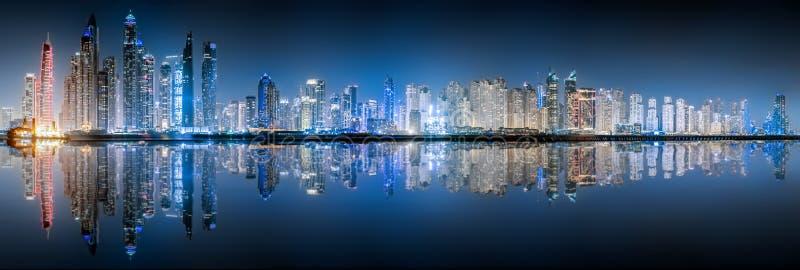 L'orizzonte del porticciolo del Dubai di notte fotografia stock libera da diritti