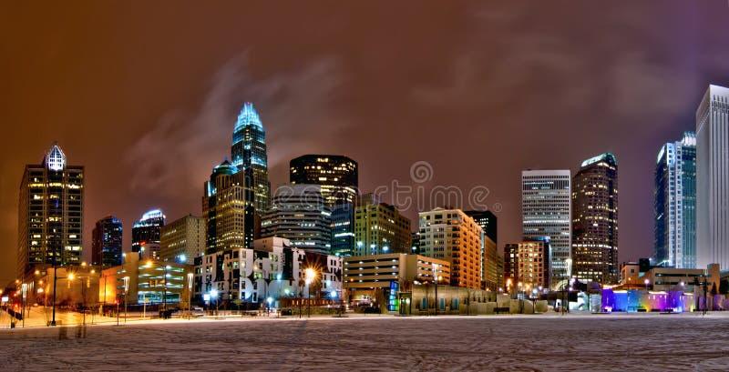 L'orizzonte della città della regina di Charlotte vicino a romare bearden il parco nell'inverno immagini stock