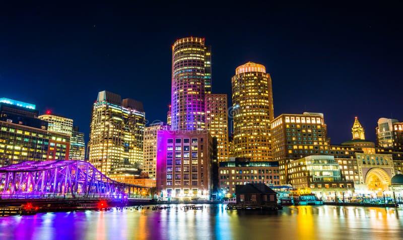 L'orizzonte di Boston e Manica del punto della fortificazione alla notte dal pilastro del fan immagini stock libere da diritti