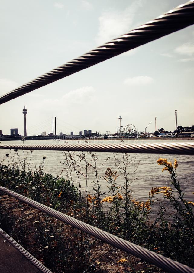 L'orizzonte di Duesseldorf con la torre iconica della TV immagine stock