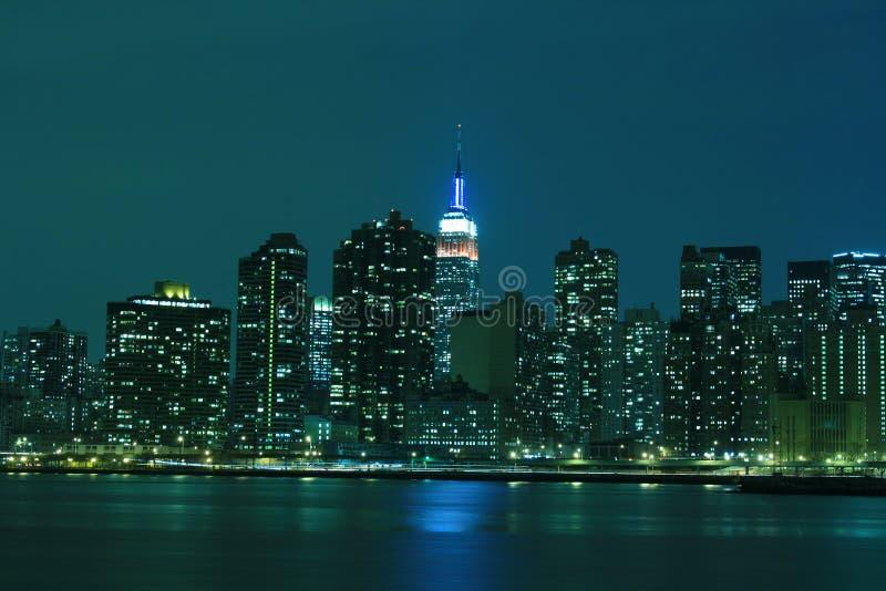 L'orizzonte di Manhattan di Midtown alla notte si illumina, NYC fotografie stock libere da diritti