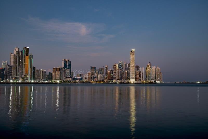 L'orizzonte di Panamá alla notte fotografie stock libere da diritti