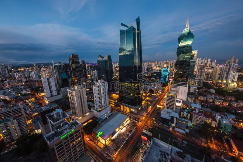 L'orizzonte di Panamá con i suoi grattacieli nel distretto finanziario al tramonto fotografia stock