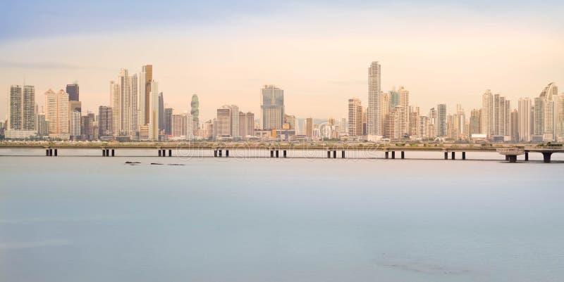 L'orizzonte di Panama City è visto al tramonto nel Panama, America Centrale immagine stock