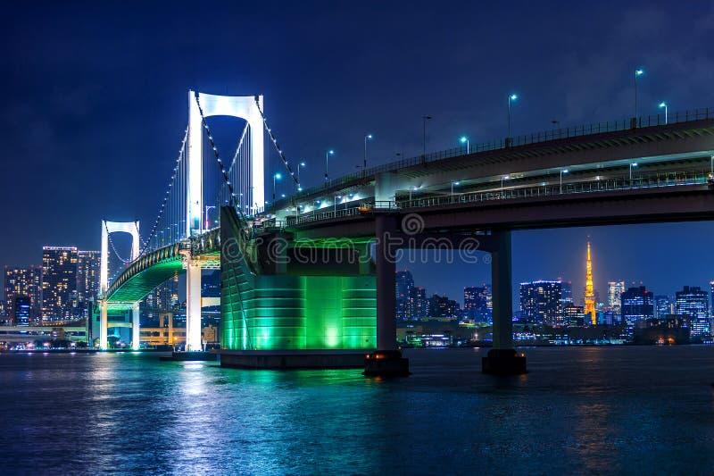 L'orizzonte di Tokyo con il ponte dell'arcobaleno e Tokyo si elevano Tokyo, Giappone immagini stock libere da diritti