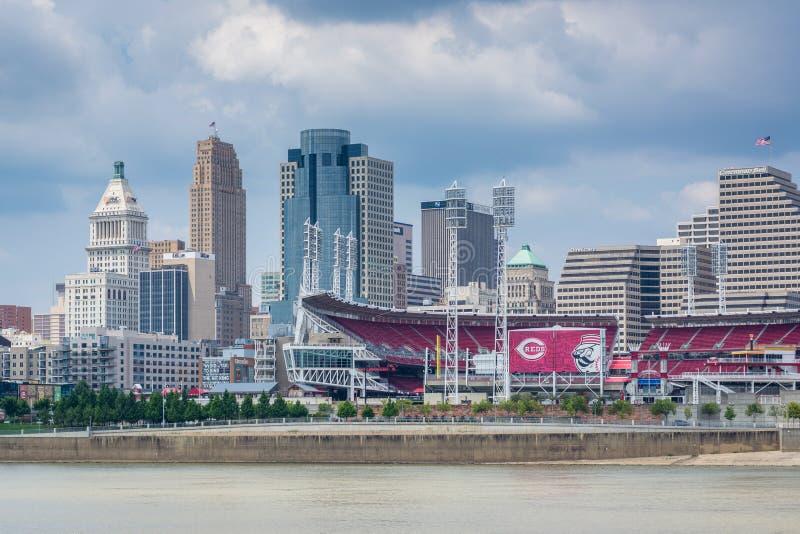 L'orizzonte ed il fiume Ohio di Cincinnati, veduti da Newport, il Kentucky immagini stock