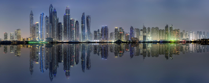 L'orizzonte illuminato del porticciolo del Dubai, UAE, di notte fotografia stock libera da diritti