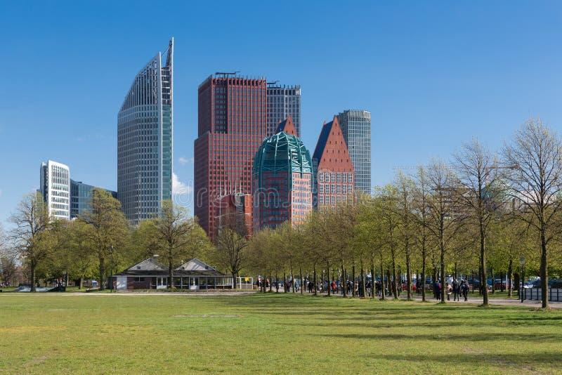 L'orizzonte L'aia con i grattacieli e la città parcheggiano, i Paesi Bassi fotografia stock