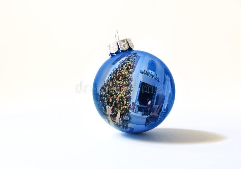 L'ornamento blu brillante di festa riflette brillantemente l'albero di Natale variopinto di Lit immagini stock